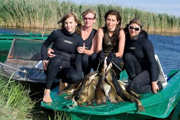 Подводные Амазонки, Вооруженные Русалки, как только их не называют: Подводная охота и Женщина
