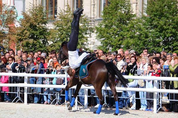 Конное шоу Традиции России, верховая езда, джигитовка, русское конное боевое искусство, джигит, фестиваль Лучший город земли, Кремлевская школа верховой езды, конное шоу Возрождая традиции, русские кавалеристы, кордео, лошади