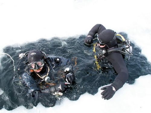 дайверы подо льдом - майна