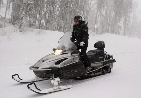 Премьер министр Владимир Путин управляет снегоходом