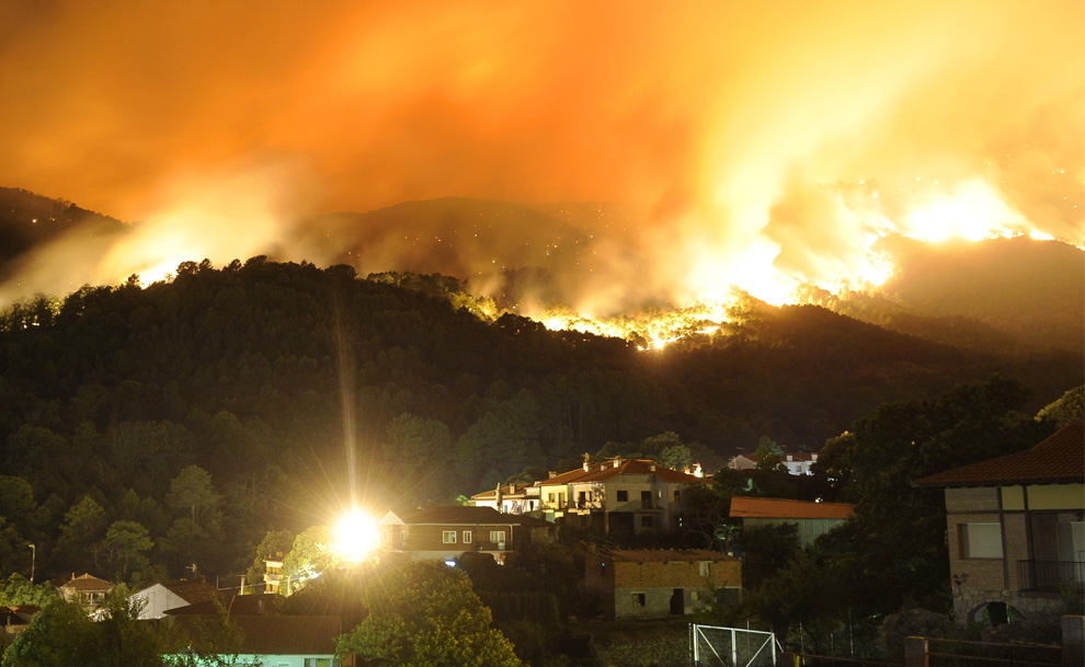 Лесной пожар бушует за городом Куэвас-дель-Валье в испанской провинции Авила утром 29 июля 2009 года. (PEDRO ARMESTRE/AFP/Getty Images)