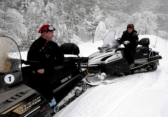 Несмотря на свежевыпавший снег и нулевую температуру в горах, Д. Медведев и В. Путин покатались на лыжах и снегоходах