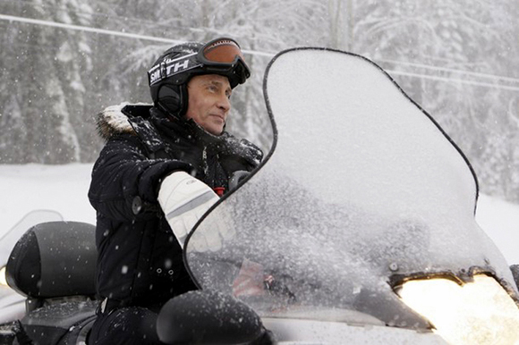 Владимир Путин держится уверенно, ведь это не первый его опыт управления снегоходом