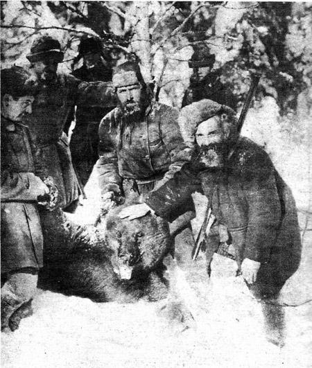 """Писатель М.М.Пришвин (справа) на медвежьей охоте. Журнал """"Огонек"""" 24 марта 1929 г. Фото А.Шайхета."""