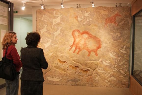 Музей охоты и рыболовства, настенного панно с изображением наскальных рисунков