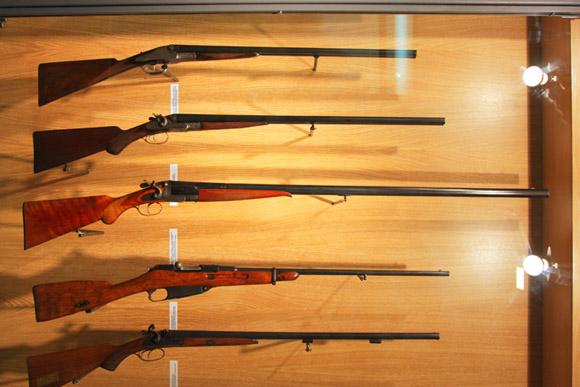 Музей охоты и рыболовства, витрина охотничьего оружия