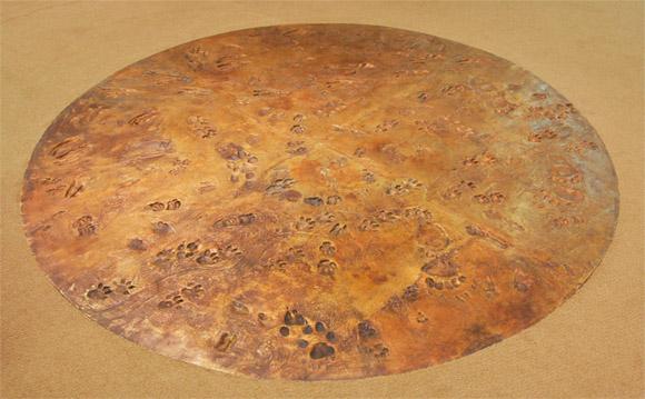 Музей охоты и рыболовства, бронзовый диск с изображением следов животных