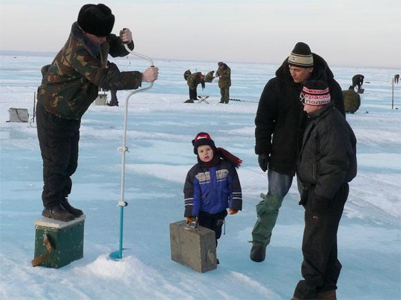 Более 250 военнослужащих из более чем 50 команд воинских частей приняли участие в открытых соревнованиях по зимней спортивной рыбалке